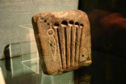 Forma di fusione per la realizzazione di spilloni ritrovata a Toceno e datata intorno al 1000 a.C., conservata presso il Museo Archeologico della Pietra Ollare di Malesco